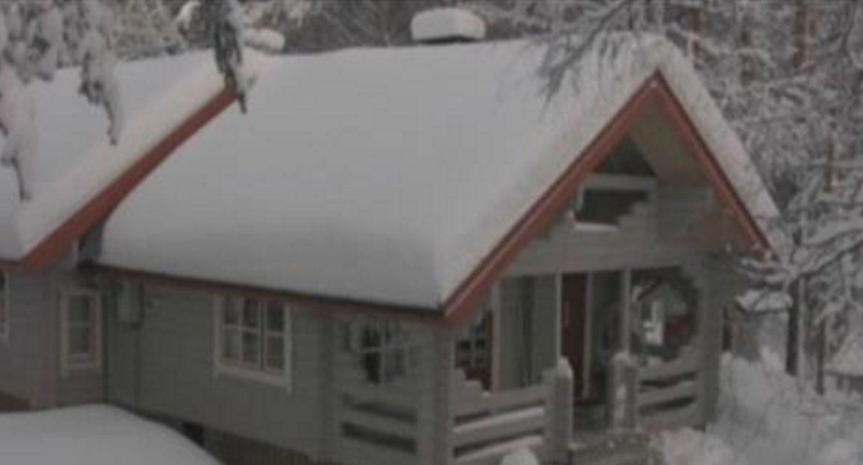 Сумасшедший, но эффективный метод убрать снег с крыши дома!