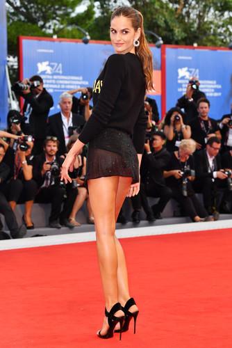 Модная новинка : Просвечивающие мини-юбчонки звёзд на красной дорожке фестиваля в Венеции