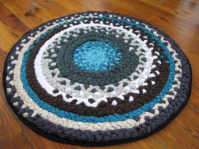Плетёный коврик из косичек на основе своими руками