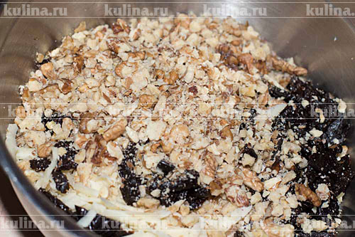 Орехи измельчить и высыпать к остальным ингредиентам.