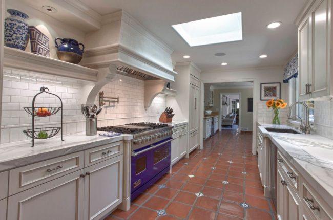 Кухня в коридоре в интерьере классической квартиры