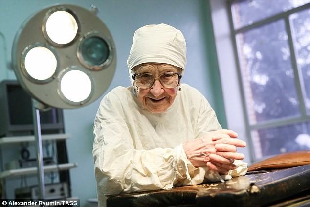 Ей почти 90 лет, но она до с…