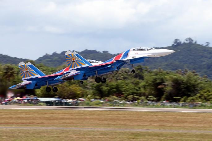 «Русские витязи» впервые выступили на новых истребителях Су-30СМ на выставке в Малайзии