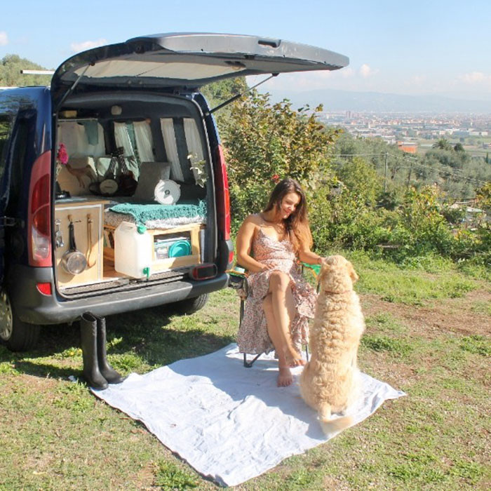 Девушка переделала фургон и колесит по миру —в компании со своим классным лабрадором девушка с шуруповертом, дом на колесах, переделать машину