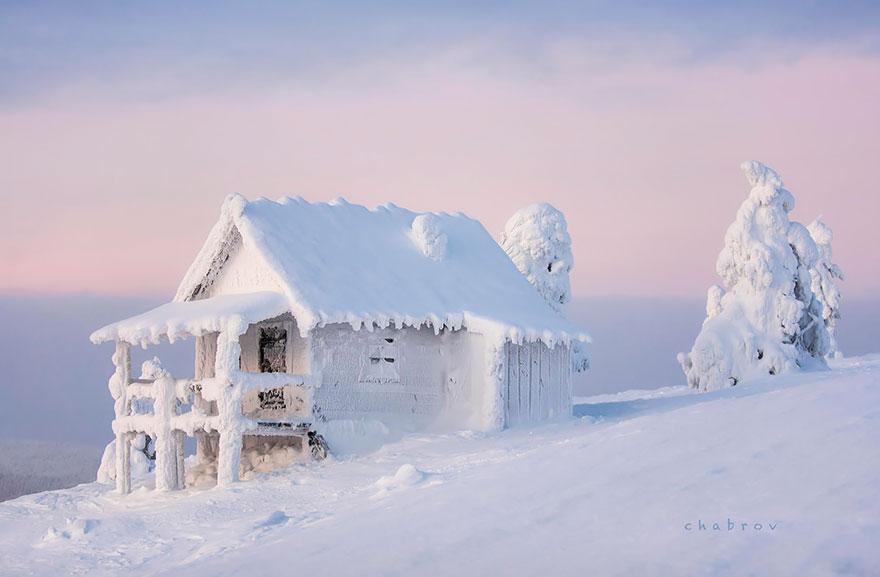 Домики, затерявшиеся в снегу