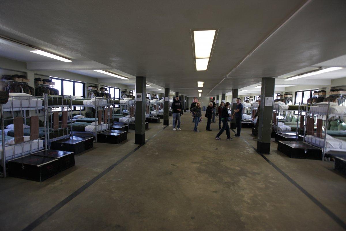 Экскурсия по казарме, где живут и тренируются морские пехотинцы США