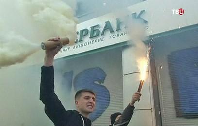 Сбербанк продает дочерний банк на Украине