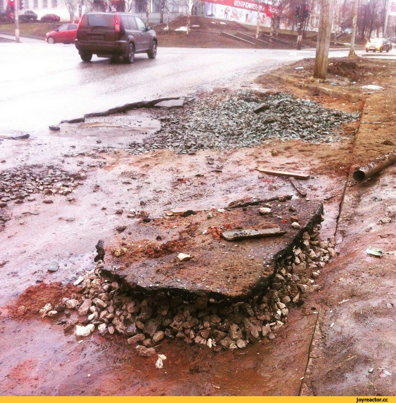 Дорожники латали дорогу зимой. Дорога была из снега, но кого это остановит, верно?
