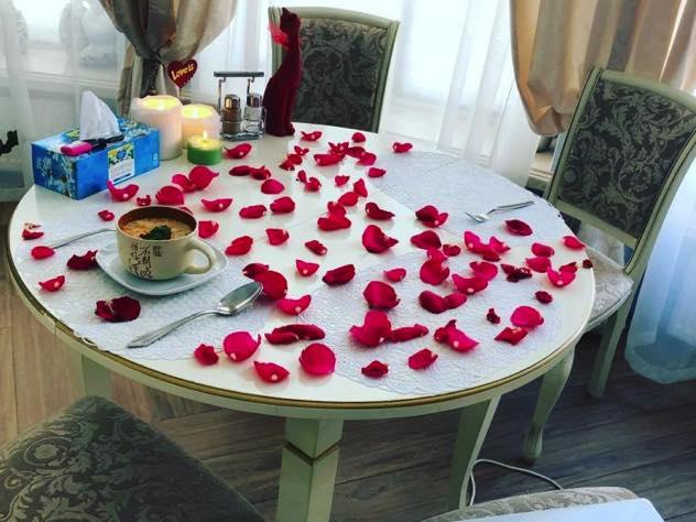 Анастасия Волочкова устроила романтический завтрак при свечах