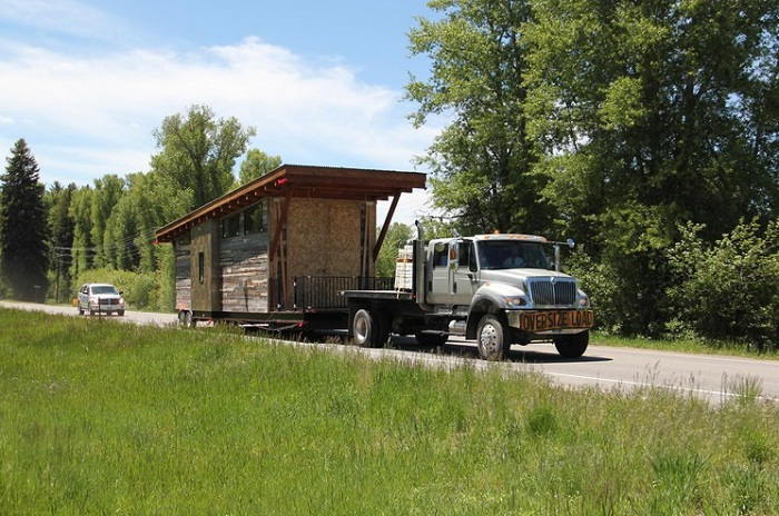 Домик Wedge Cabin можно легко перевезти на другое место.