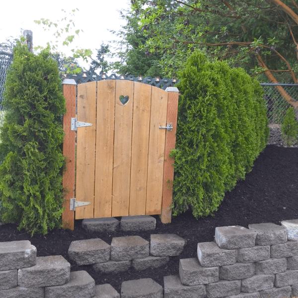 Рейчел и её муж начали с очаровательной маленькой калитки в уголке сада посреди кустарника. идеи для дачи, подарки детям, сад