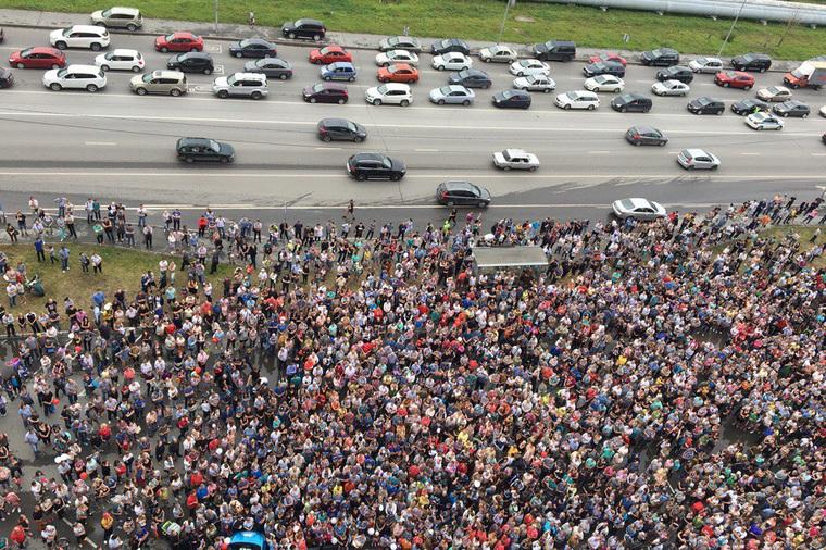 «Зомби-апокалипсис». Тюменцев шокировала очередь за бесплатным автомобилем.