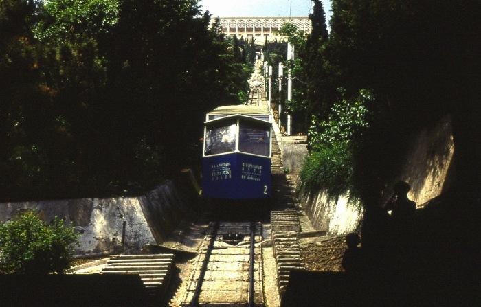 Тбилисский фуникулер объединяет центральную часть города с развлекательным парком на горе Мтацминда.
