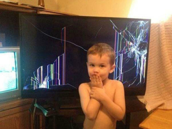 Разбитый телевизор.