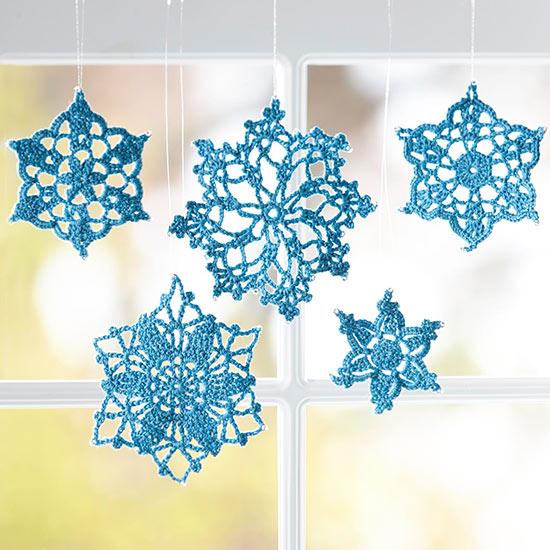 Рукодельницы могут удивить всех оригинальным решением - снежинками, связанными крючком