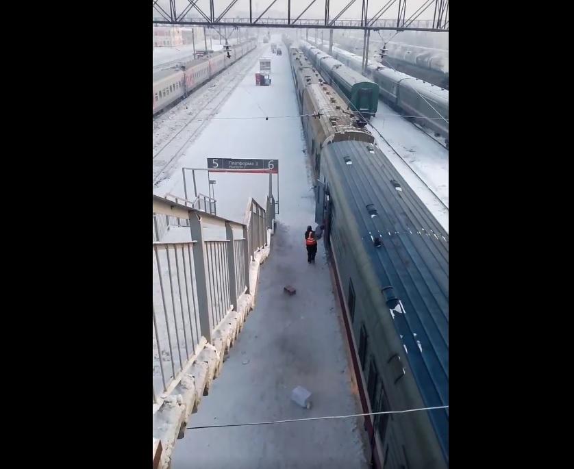 Всё что можно кидать,мы кидаем: Почта России ответила на видео с жесткой разгрузкой вагона в Тюмени