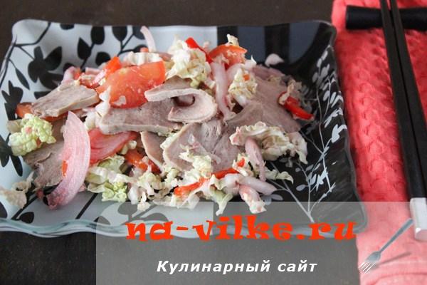 Салат из языка с пекинской капустой