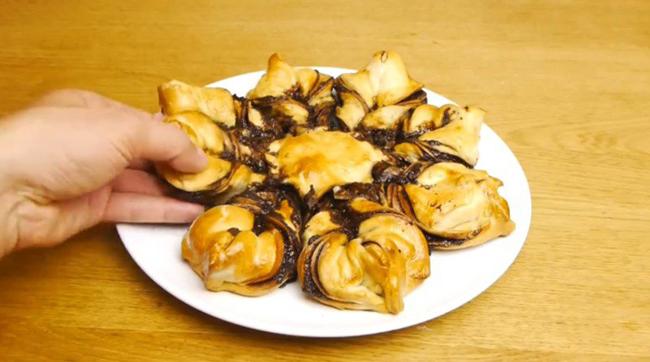 Десерт на скорую руку. Тесто, «Нутелла», белок — и восхитительное блюдо готово!