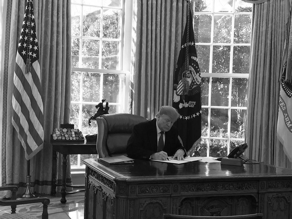 Трамп подписал документ о введении режима ЧП