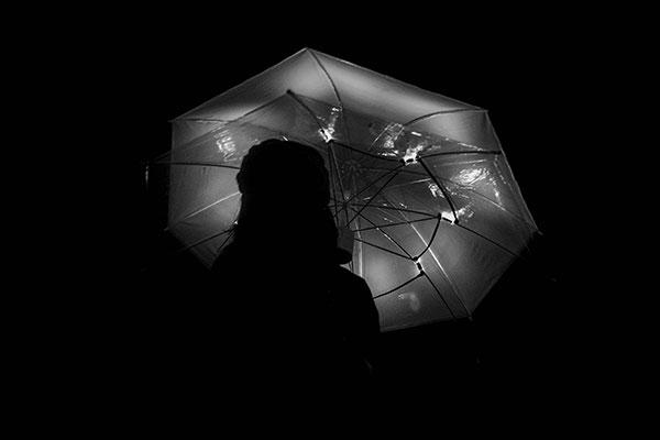 Темный путь будет освещать зонтик