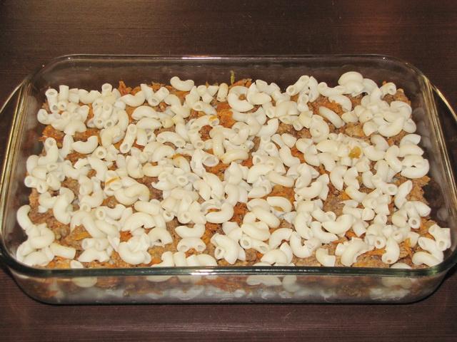 разложить оставшиеся макароны. пошаговое фото этапа приготовления запеканки из макарон