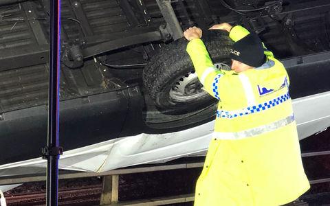 «Я просто делал свою работу»: полицейский руками удержал повисший на мосту фургон