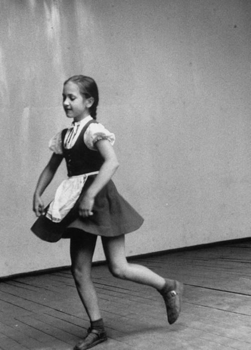 Танцующая на утреннике девочка. СССР, Москва, 1956 год.