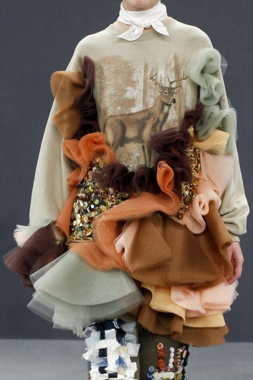 Волнообразность в женском платье.