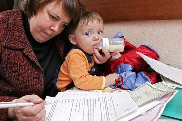 «Дети рождаются не из-за денег»: Как материнский капитал приводит к обнищанию россиян