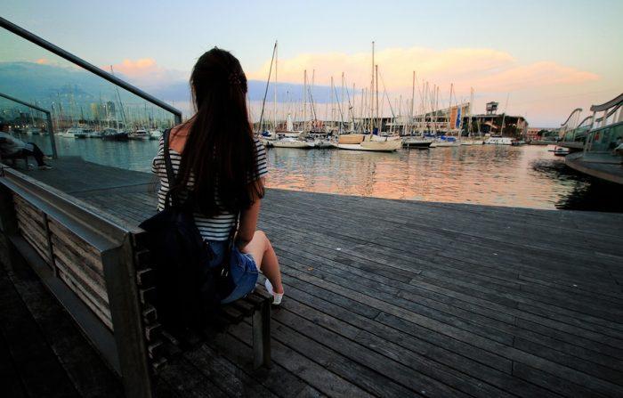 девушка смотрит на яхты