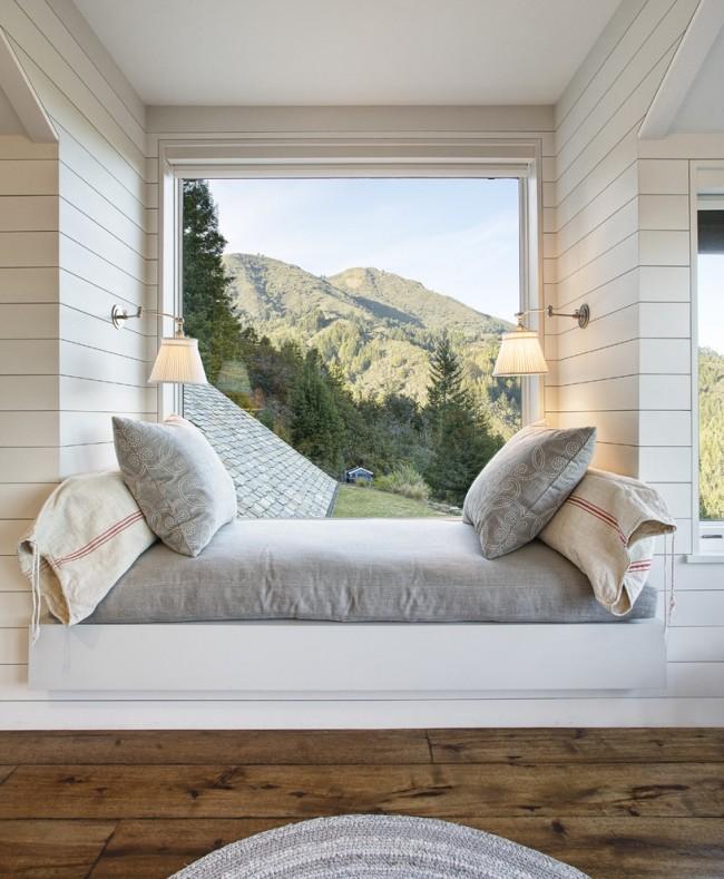 Фото дизайн спальни с кроватью у окна