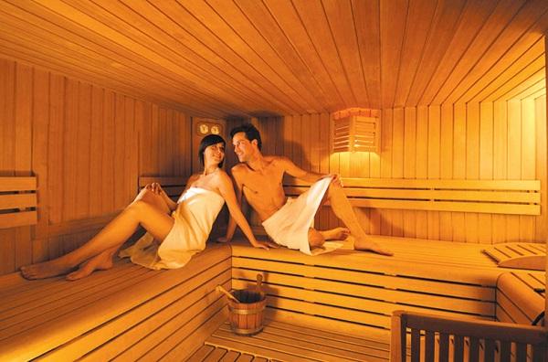 мужчина и женщина в сауне