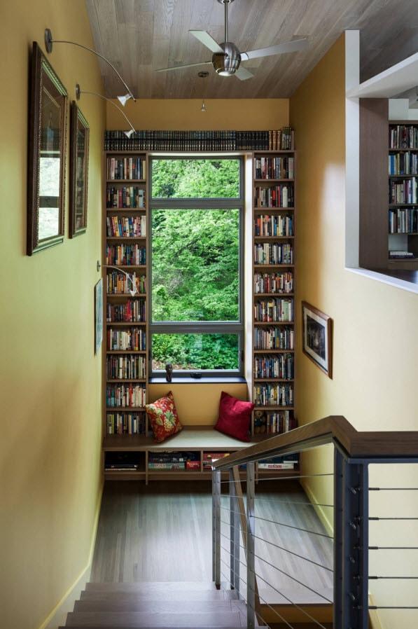 Окно между книжными полками