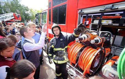 Курсанты Академии противопожарной службы МЧС провели урок со школьниками