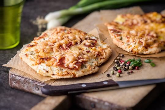 Пицца должна провести в духовке при 180°C еще 40 минут, благодаря чему она приобретет румяную корочку и дивный аромат