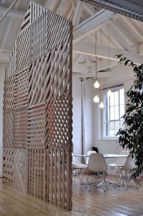Трансформировать пространство возможно с помощью деревянной перегородки.