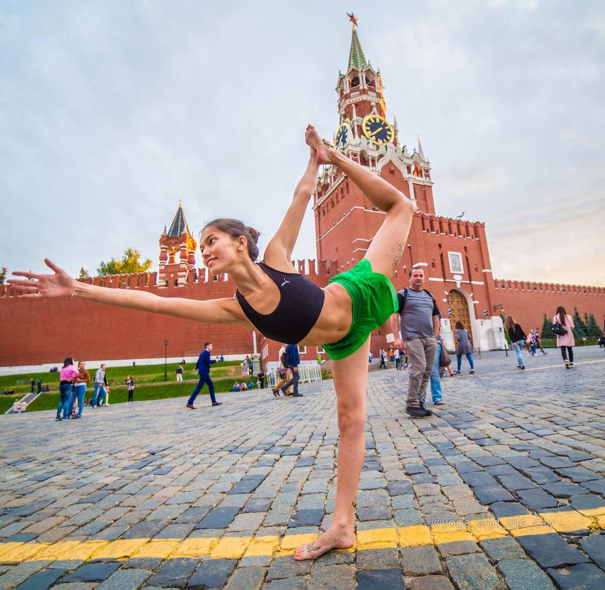 Йога на фоне городских пейзажей
