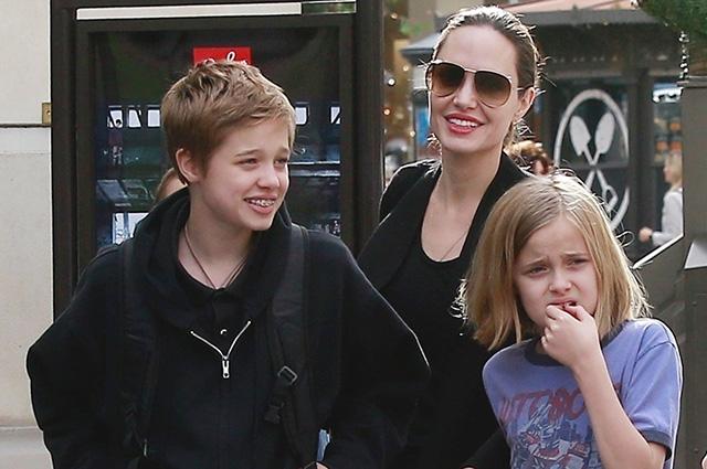 Анджелина Джоли с детьми готовится к Рождеству: звездная семья отправилась на шопинг