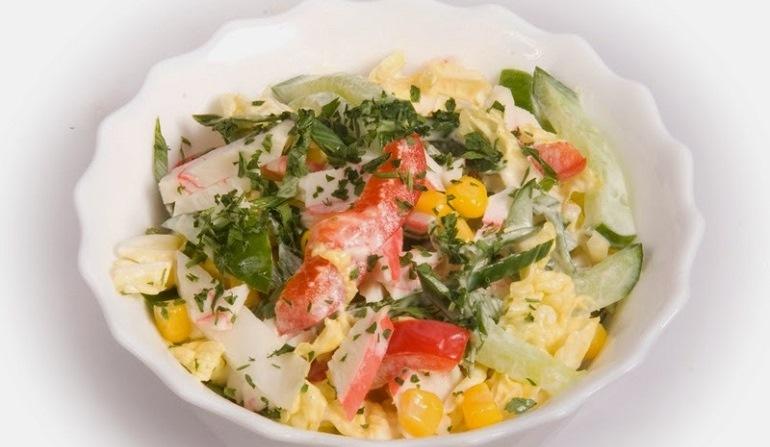 Новый рецепт салата из крабовых палочек: необычно, но очень вкусно