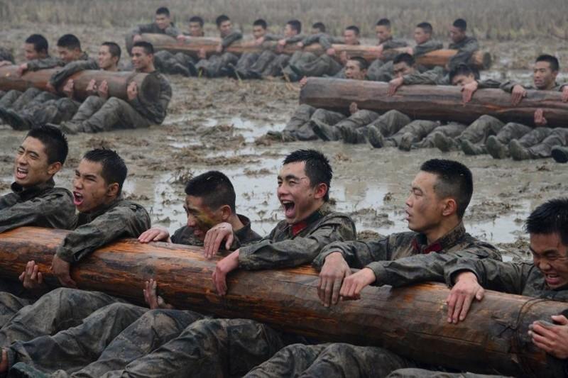 Тяжело в учении, легко в бою: 30 фотографий с тренировок китайских вооруженных сил .