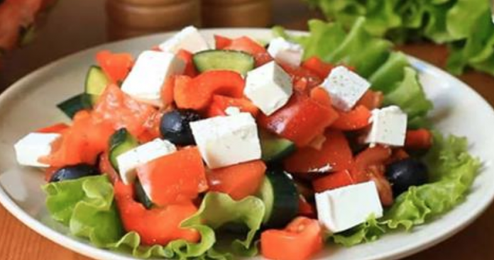 Домашний Греческий салат. Его с уверенностью можно кушать на ужин, даже на ночь — и не переживать.
