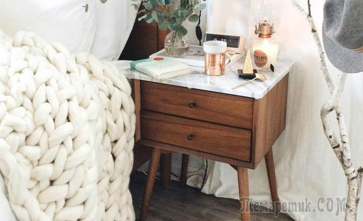 Всё под рукой: 19 красивых прикроватных тумбочек и столиков