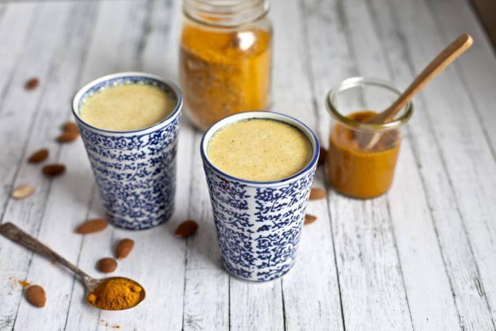 Чем полезно молоко с куркумой и медом
