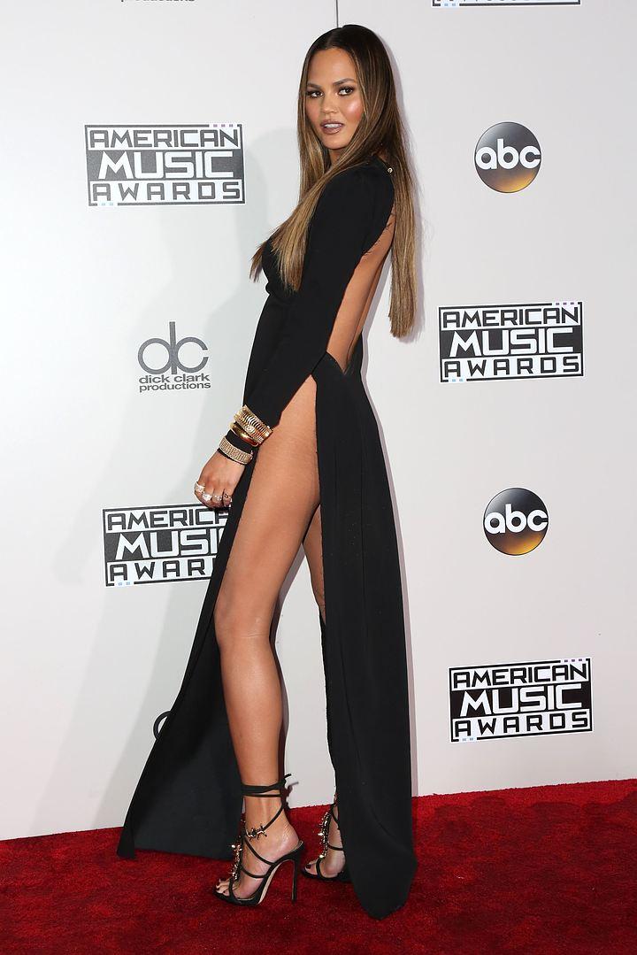 Супермодель Крисси Тейген оконфузилась, сверкнув интимным на премии American Music Awards-2016