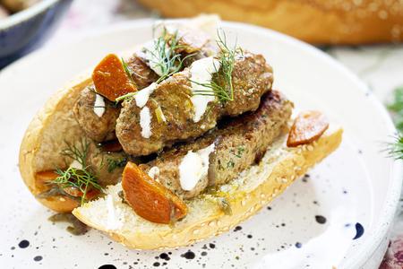 Фото к рецепту: Чевапчичи - колбаски из фарша