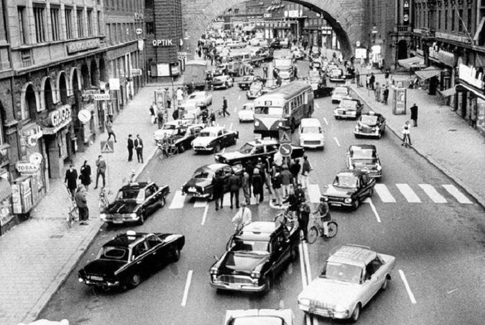 Утро первого дня перехода с левостороннего на правостороннее движение. 1967 год.