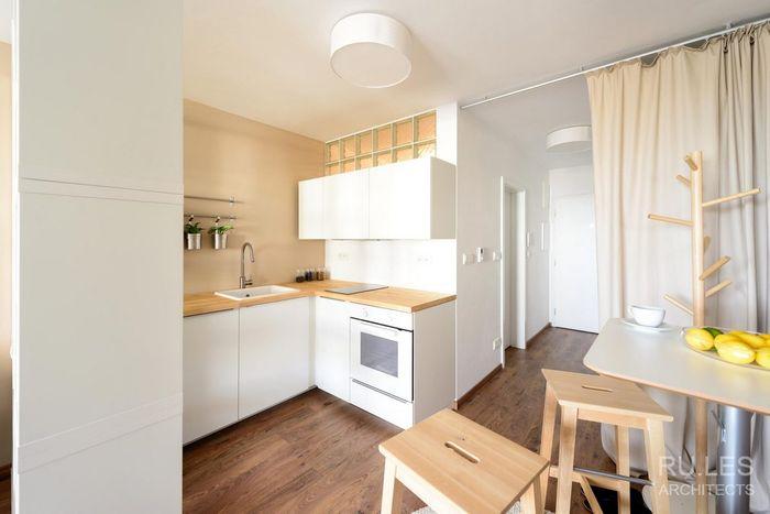 Кухня расположилась в углу, а напротив её находится столовая