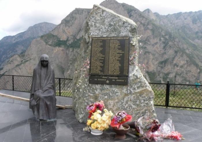 Мемориальная плита на месте трагедии | Фото: paranormal-news.ru