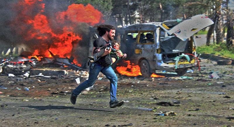 Сирийский фотограф получил 120 тысяч долларов за снимок коллеги, спасающего раненого ребенка