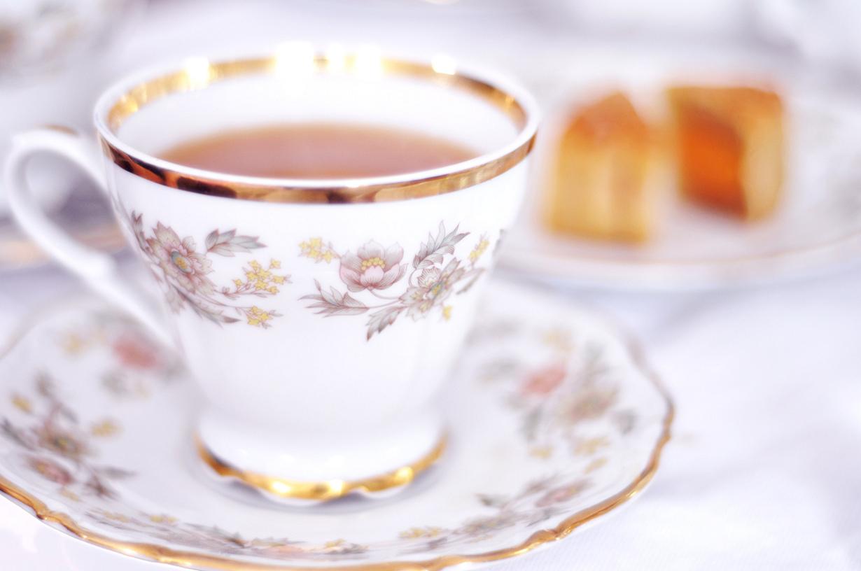 Не удивляйтесь, если в Казахстане вам подадут чашку чая, заполненную только на половину. Ни в коем случае не просите добавки, так как наполненная до краёв чашка чая означает, что хозяин желает поскорее выпроводить вас вон. (Laura D'Alessandro)